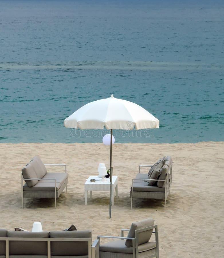 Канн - белый зонтик на пляже стоковое фото