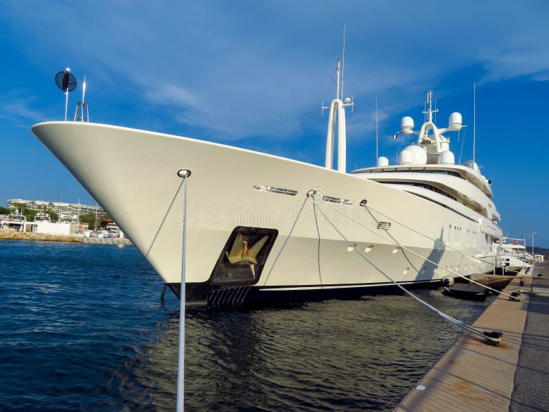 Канн - роскошная яхта в порте стоковые фото