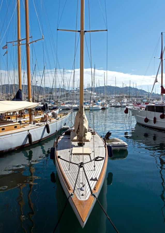 Download Канн - шлюпки в гавани редакционное стоковое фото. изображение насчитывающей boated - 40580243