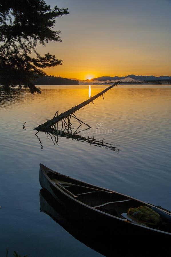 Каное в озере стоковые изображения rf