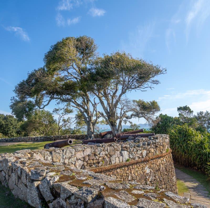 Каноны крепости Хосе da Ponta Grossa Sao - Florianopolis, Санта-Катарина, Бразилии стоковые фотографии rf