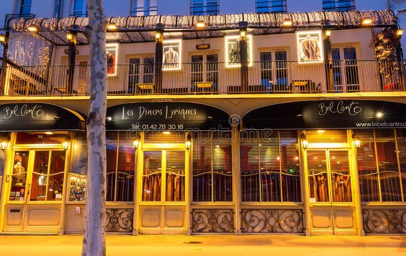 Кантон бела традиционный французский ресторан и обслуживание от кельнеров оперы поя, Париж, Франция стоковое изображение rf