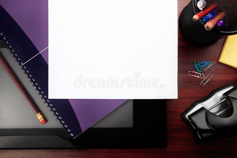 канцелярские принадлежности красного цвета офиса стола стоковые фото