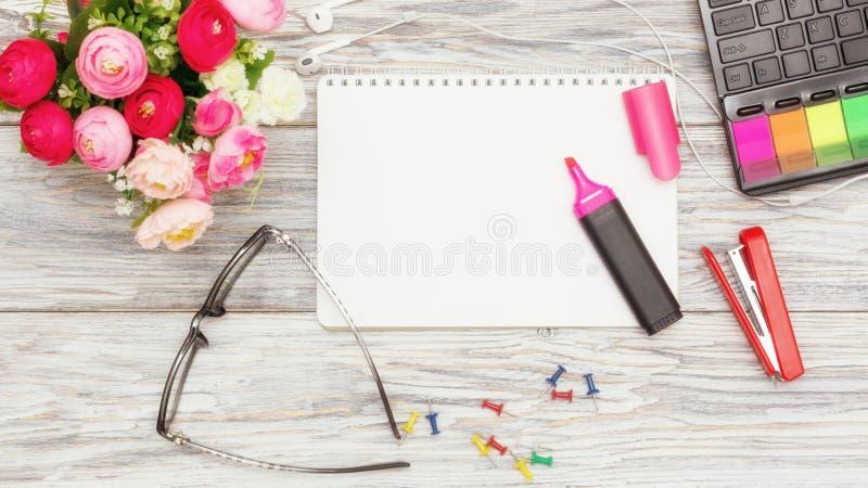 Канцелярские принадлежности, цветки и блокнот стоковые изображения rf