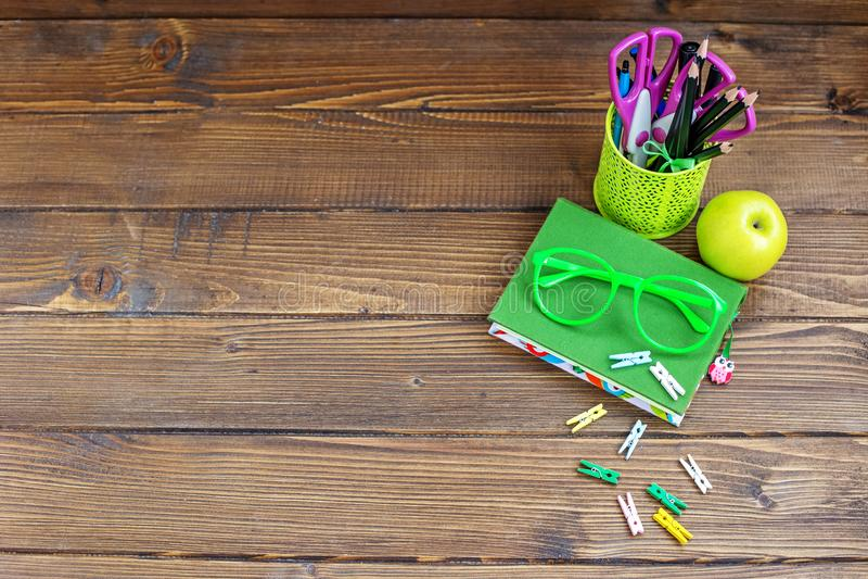 Канцелярские принадлежности школы для детей Справочная информация Взгляд сверху Concep стоковые изображения rf