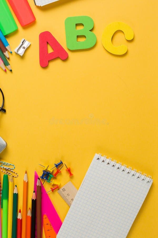Канцелярские принадлежности школы слова ABC покрасили положение поставки плоское стоковое фото