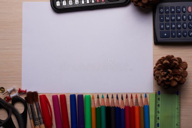 Канцелярские принадлежности офиса и школы на таблице стоковые фото