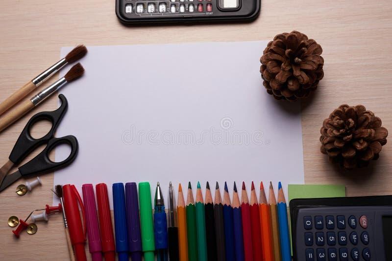Канцелярские принадлежности офиса и школы на таблице стоковое изображение rf