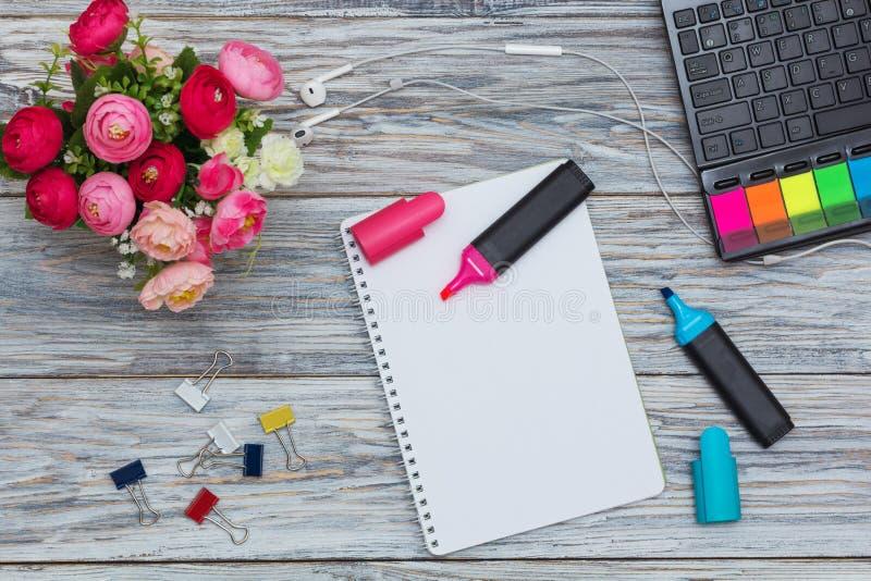 Канцелярские принадлежности, цветки и блокнот стоковые фото