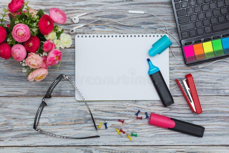 Канцелярские принадлежности, цветки и блокнот стоковые фотографии rf
