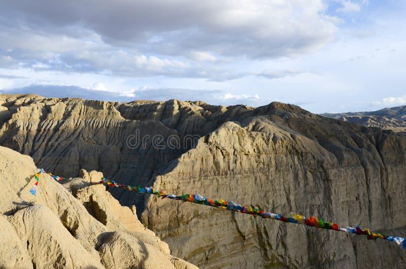 Каньон плато с флагами в Тибете стоковое изображение rf