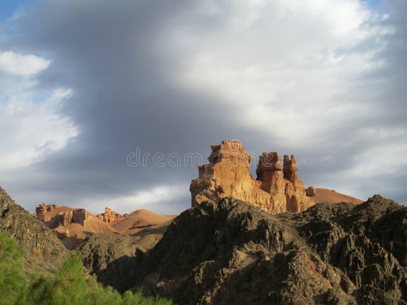 Каньон Charyn (Sharyn) возвышается в долине замков стоковая фотография