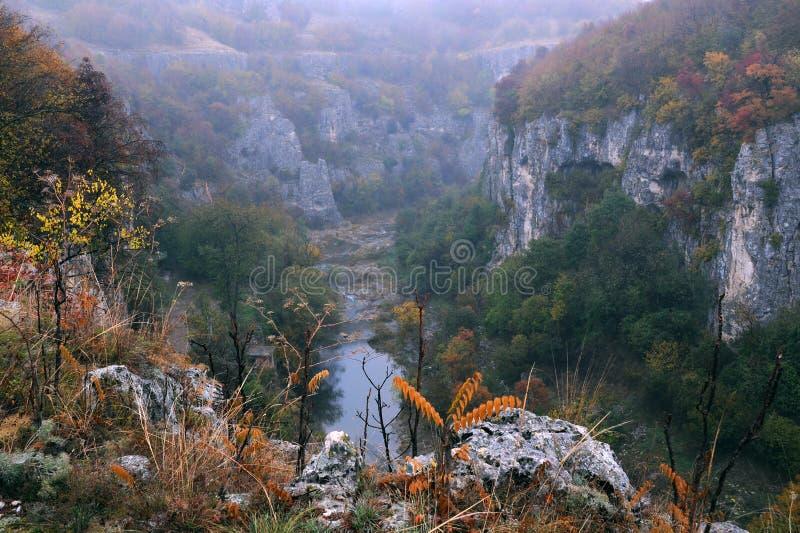 Каньон Emen около Veliko Tarnovo в последнем падении стоковые изображения rf