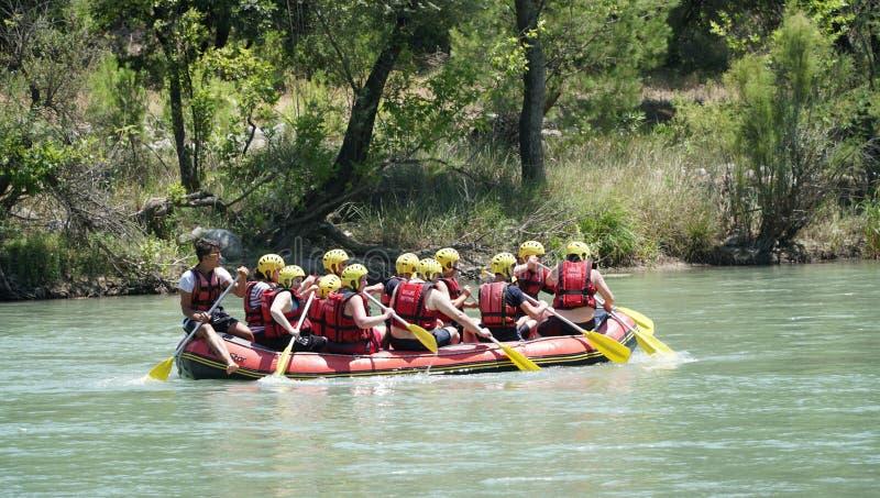 КАНЬОН KOPRULU - ТУРЦИЯ - ИЮЛЬ 2016: Намочите сплавлять на речных порогах реки Koprucay на каньоне Koprulu, Турции стоковое фото