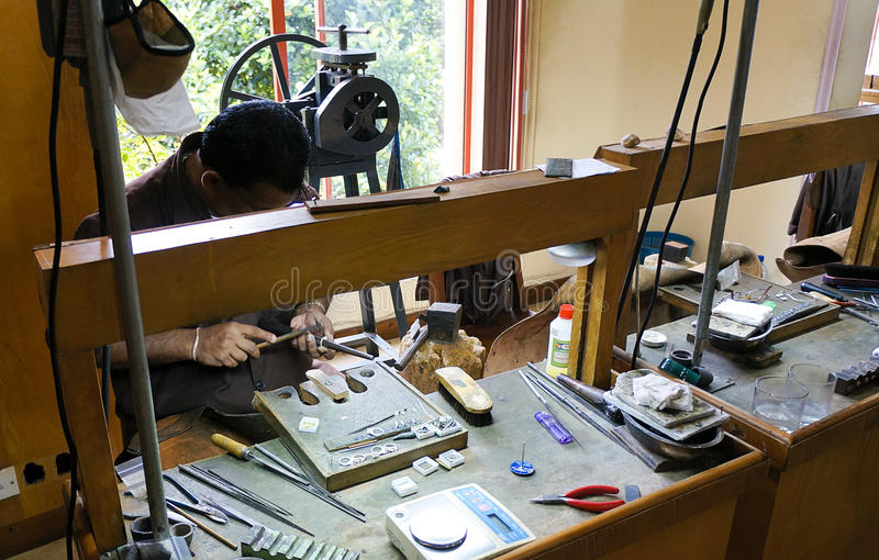 Канди, Шри-Ланка, неизвестный мастер. Делать jewe стоковые фотографии rf