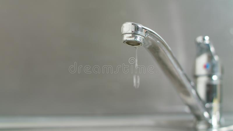 Капание воды от крана стоковая фотография rf