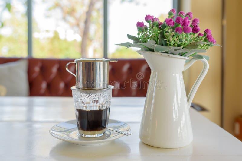 Капание кофе в стиле вьетнамца на кафе стоковое фото
