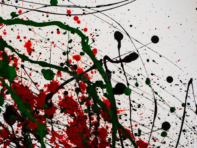 Капать зеленый и черный и красная изолированная краска на белой предпосылке Пропуская топливо брызгает, падения и след стоковые фото