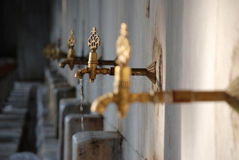 капая старая ржавая вода из крана стоковое фото rf