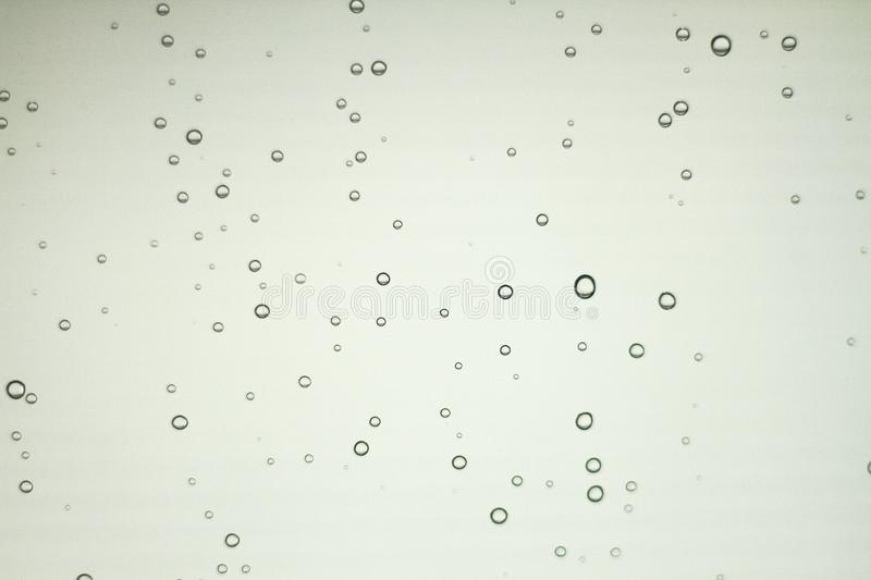 Капельки воды причинены капельками дождя в ясном стекле иллюстрация вектора