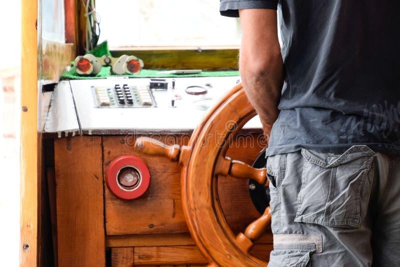 Капитан корабля на кормиле стоковые фотографии rf