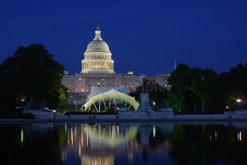 Капитолий Соединенных Штатов вечером стоковые изображения