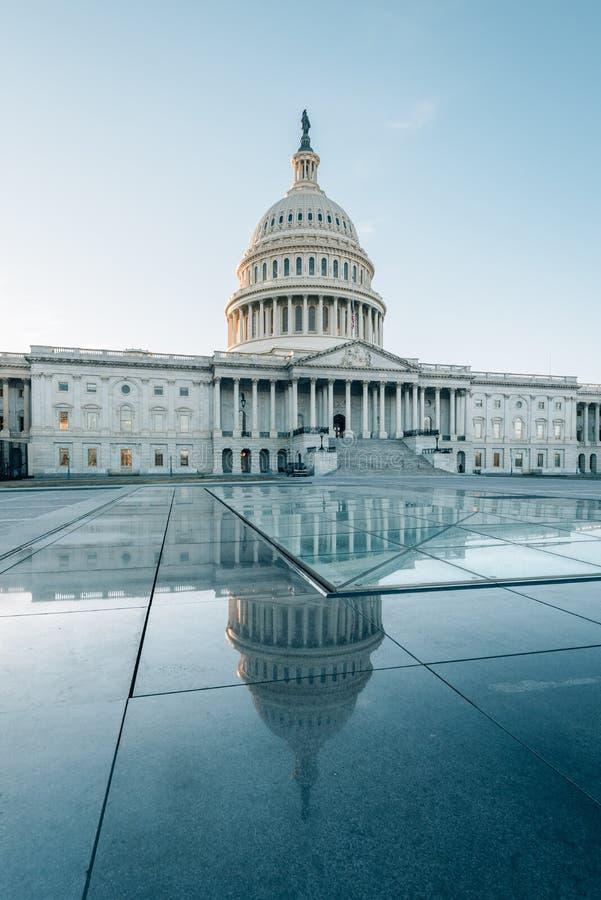 Капитолий Соединенных Штатов отражая в стекле, в Вашингтоне, DC стоковые фото