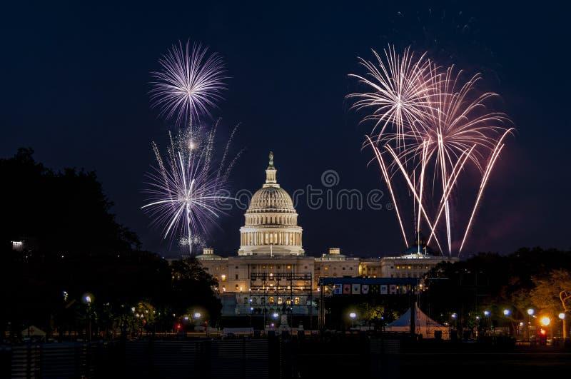 Капитолий США в Вашингтоне и фейерверках стоковое изображение