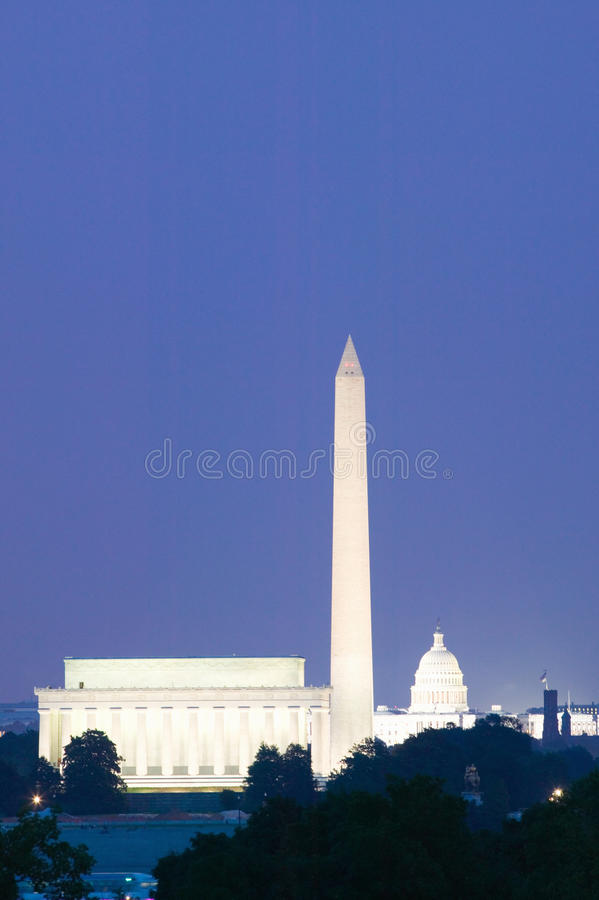 Капитолий США, памятник Вашингтон и мемориал Lincoln в D C на сумраке с голубым небом стоковое фото
