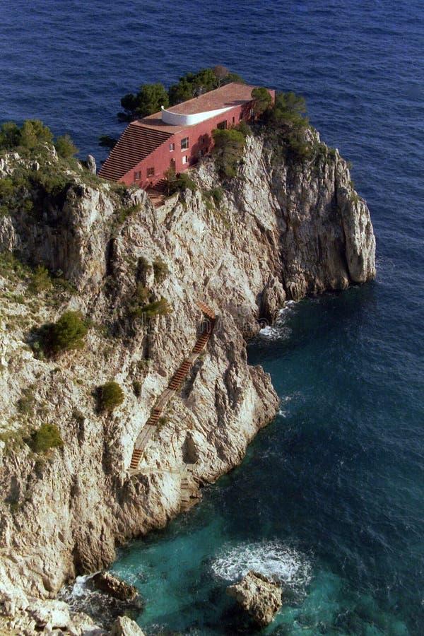 КАПРИ, ИТАЛИЯ, 1978 - дом Malaparte на мысе standa Punta Massullo на красивом море Капри стоковое изображение rf