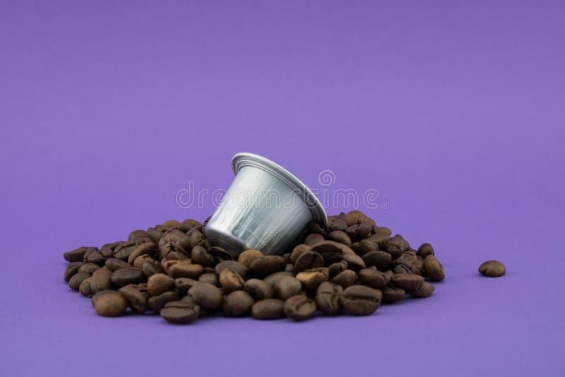 Капсула кофе эспрессо или стручок на кофейных зернах, пурпурная предп стоковое изображение rf