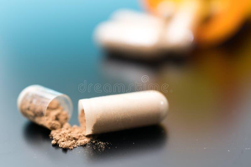 Капсулы с био добавками таблетки и капсулы как treatmen стоковые фотографии rf
