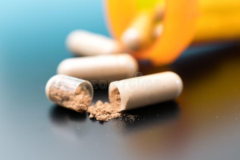 Капсулы с био добавками таблетки и капсулы как treatmen стоковое изображение rf