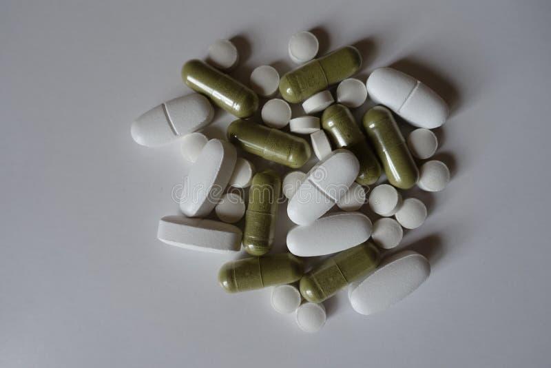 Капсулы, таблетки и caplets в куче стоковые изображения rf