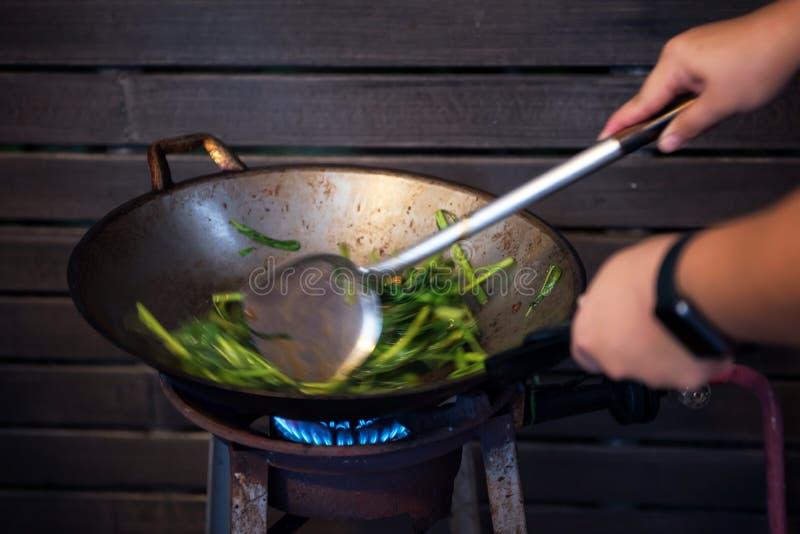 капуста для жарения на горящей сковородке стоковые изображения rf