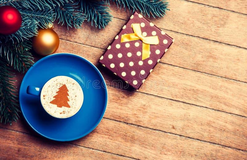 Капучино и подарок с ветвью сосны стоковая фотография