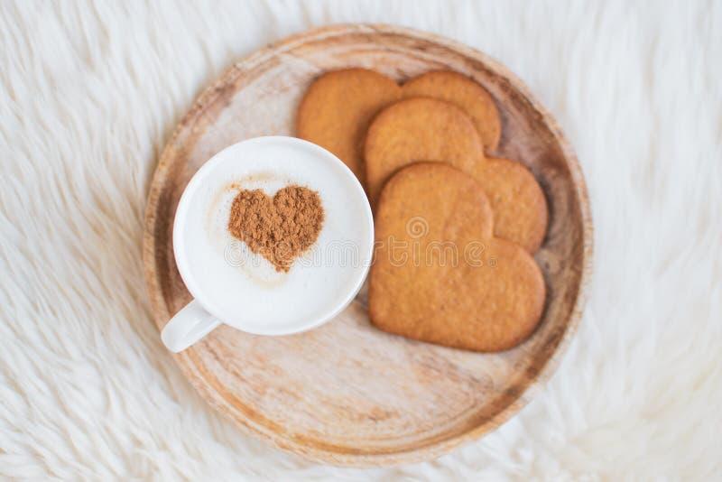 Капучино с картиной сердца циннамона, печений, дня Святого Валентина стоковые изображения rf