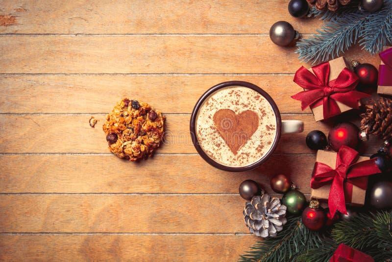 Капучино с печеньем и украшением рождества стоковое фото rf