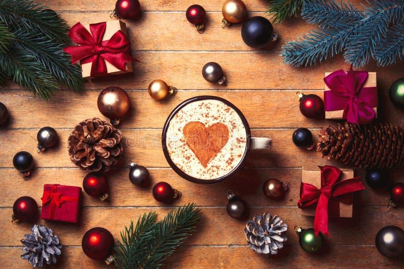 Капучино с формой сердца и украшением рождества стоковое фото rf