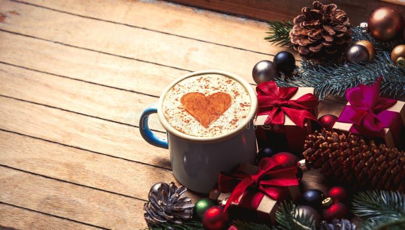 Капучино с формой сердца и украшением рождества стоковые фото