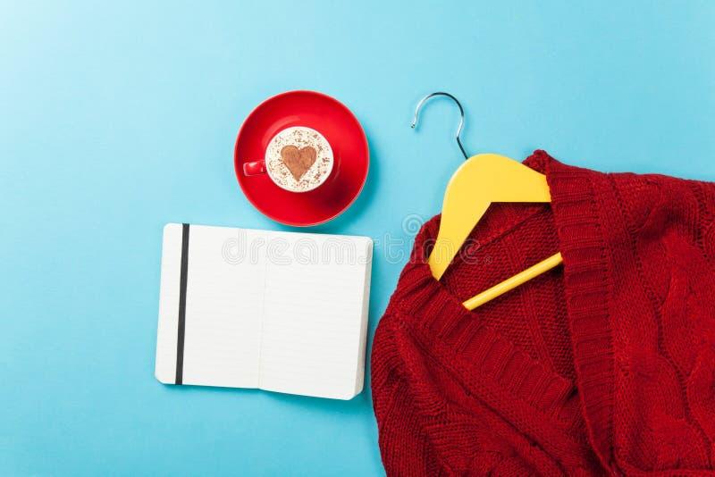 Капучино с формой сердца и тетрадь с вешалкой стоковые фотографии rf