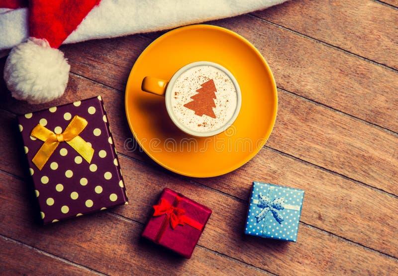 Капучино с шляпой и подарком рождества стоковое изображение