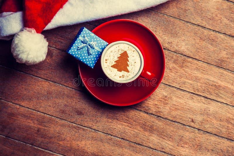 Капучино с шляпой и подарком рождества стоковая фотография