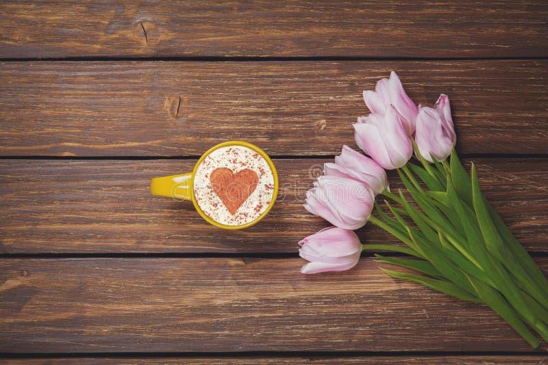 Капучино чашки кофе с тюльпанами весны стоковые изображения rf