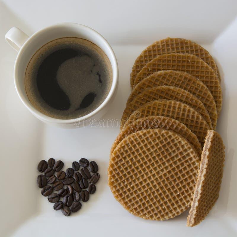 Карамелька Stroopwafels и черный кофе стоковая фотография rf