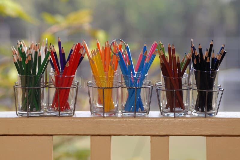 Карандаши в стекле на таблице стоковые фото