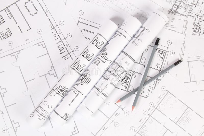 Карандаши и бумажное инженерство расквартировывают чертежи и светокопии стоковые фотографии rf