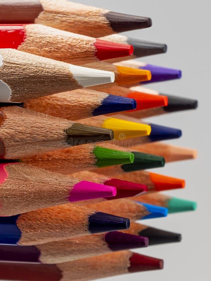 Карандаши цвета Заточенное руководство Радуга Цветовая палитра стоковое фото rf