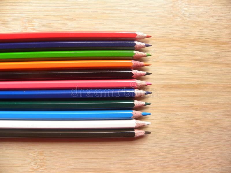 Карандаши цвета на таблице стоковая фотография rf