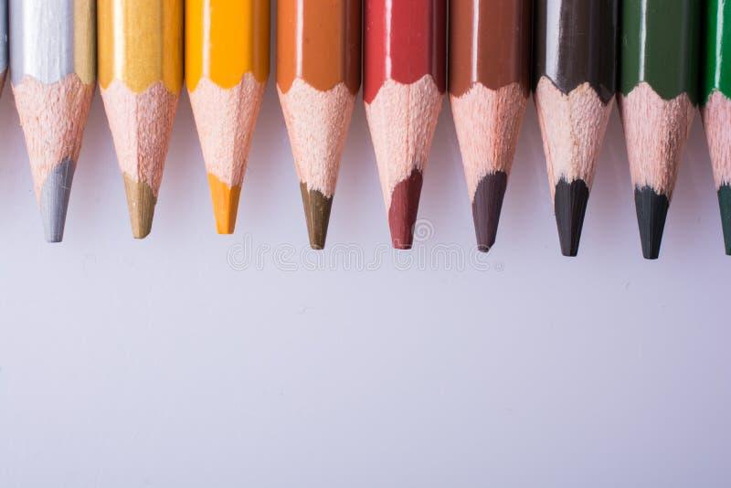 Карандаши цвета помещенные на белой предпосылке стоковое изображение
